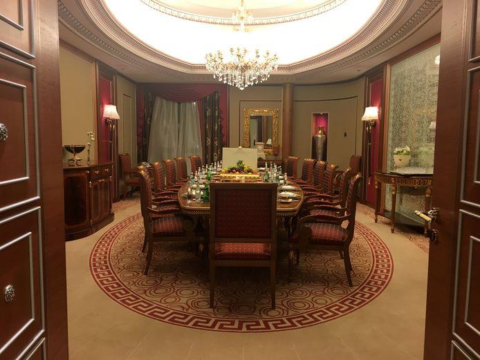 De ''cel' van prins Alwaleed in het Ritz Carlton. Zijn suite beslaat vele kamers.