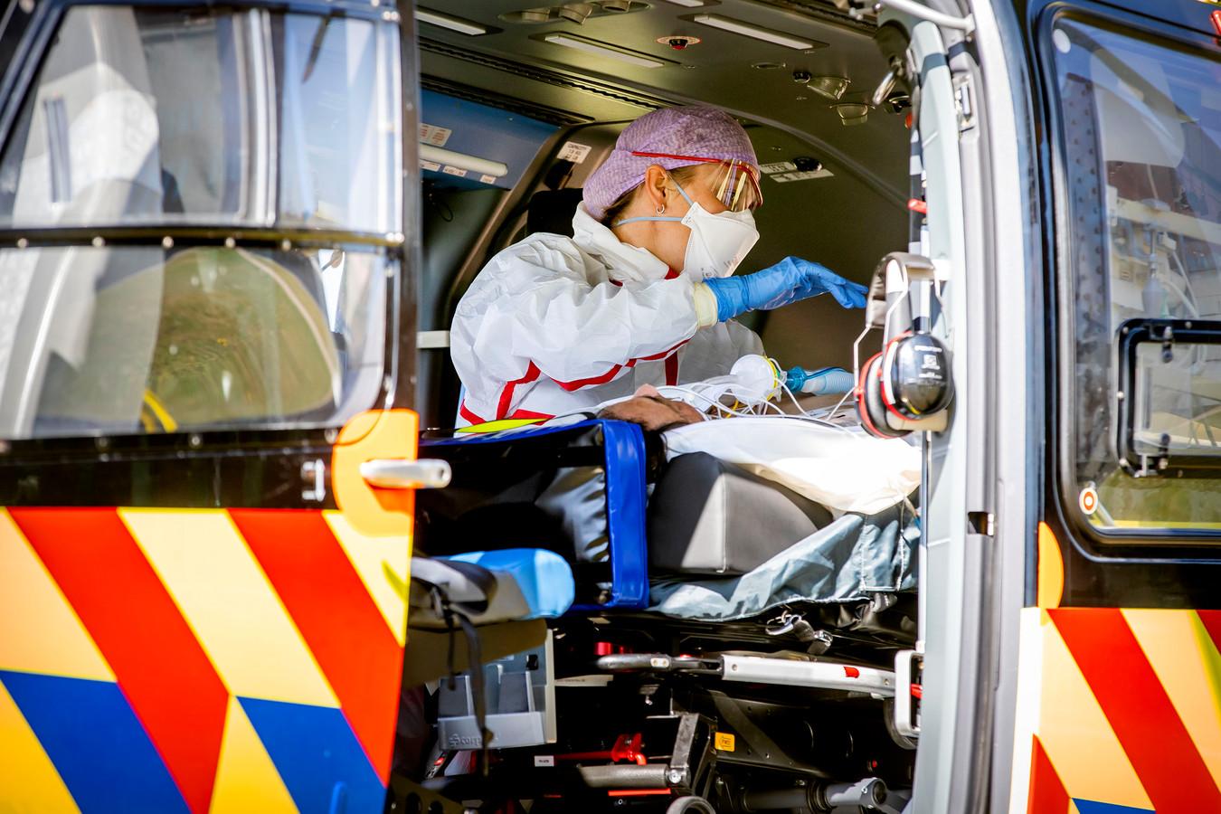 Een coronapatiënt wordt met de Lifeliner 5 verplaats van het ic van het Bernhoven Ziekenhuis in Uden naar het UMCG ziekenhuis in Groningen.