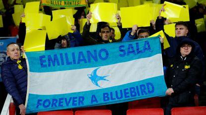 (Nog) geen rouwbanden, wel kransen voor Sala: Argentijn krijgt pakkend eerbetoon in eerste match na verdwijning