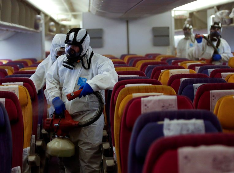 Een passagiersvliegtuig van Thai Airways wordt gedesinfecteerd in Thailand.  De maatregel past in een poging van de Thaise autoriteiten om de verspreiding van het 2019-nCoV-virus te beperken.