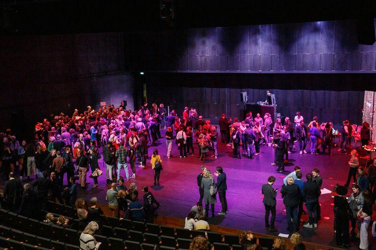 Op de Solidariteitsavond op maandagavond in ITA werd de petitie 'Nederland maakt kunst, kunst maakt Nederland: Investeer meer in kunst' gepresenteerd. Beeld Tim Hillege