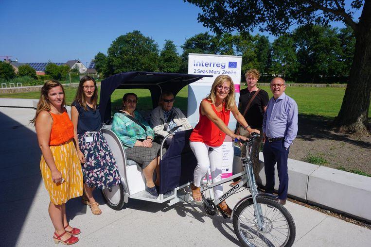 Schepen Nancy Bourgoignie op fietstaxi.