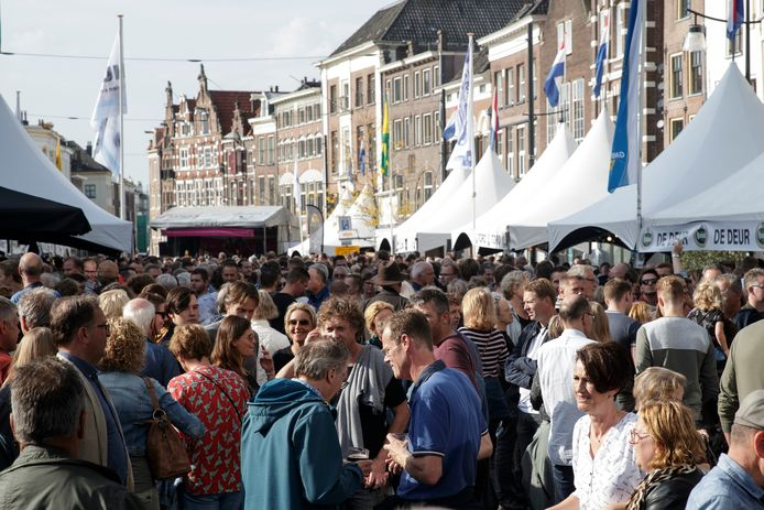 Een volle markt tijdens de Bokbierdag in 2019. Het evenement gaat dit jaar niet door, omdat de organisatie geen kans ziet het binnen de RIVM-maatregelen te houden.