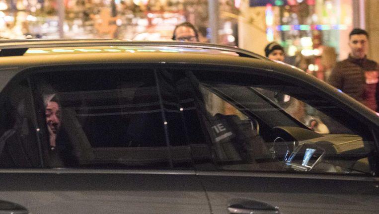 De Turkse minister Kaya van Familiezaken verlaat in een politieauto de omgeving van het Turkse consulaat aan de Westblaak in Rotterdam in de nacht van zaterdag op zondag 12 maart. Beeld anp