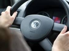 Slingerende automobilist kijkt een film achter het stuur