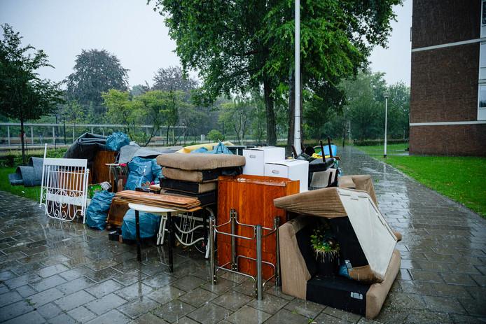 De huisraad van een flatwoning aan de Munttorenstraat in Tilburg staat op straat te verregenen.
