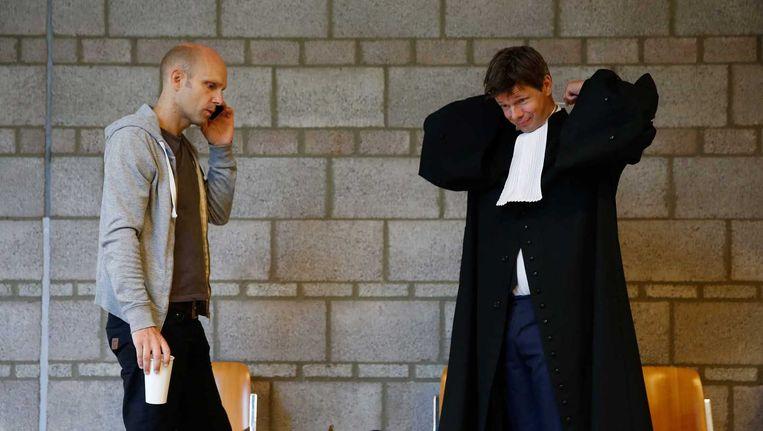 Activist Van der Linde en advocaat Jebbink voorafgaand aan kort geding over nekklem Beeld anp