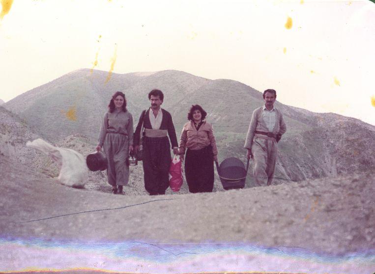 Beri Shalmashi in de wieg, met haar ouders en hun vrienden Beeld Familiearchief