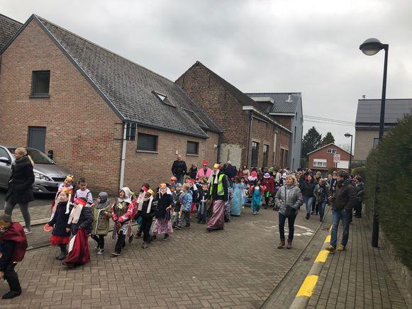 De leerlingen van De Boemerang trekken verkleed door de straten.