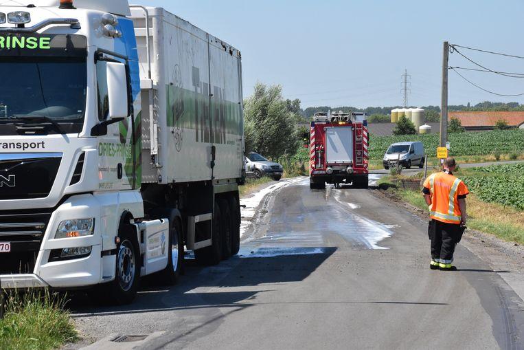 De brandweer kwam ter plaatse in de Ieperstraat in Moorsele om de smurrie van het wegdek te krijgen.