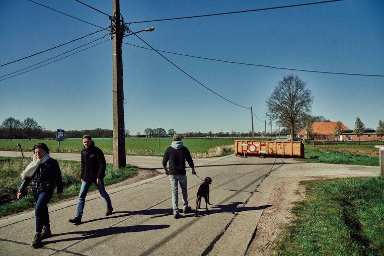 Een container verspert de grensovergang in Hoogstraten op een sluipweg naar Nederland.