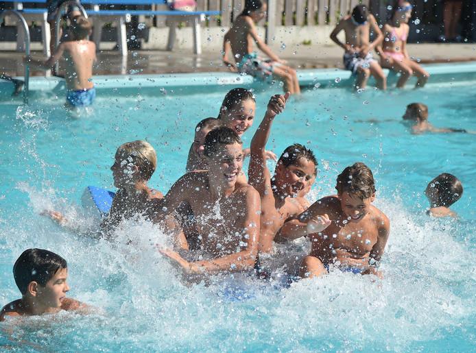 ]n buitenzwembad De Goudvijver in Serooskerke (W) kan nog ruim een week gezwommen worden.