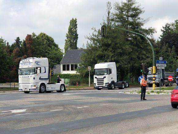 De politie hield het verkeer tegen zodat de colonne vrachtwagens geen halt moest houden