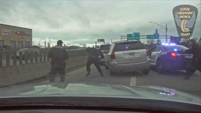 """""""Te laat voor werk"""": politiedashcam filmt hoe klemgereden vrouw na wilde achtervolging opnieuw gas geeft"""