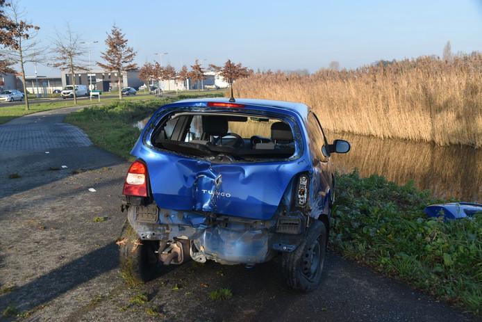 De Twingo raakte flink beschadigd in Zaltbommel.