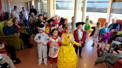 Zonderschotse kleuters vieren carnaval met bewoners van rusthuis Berkenhof