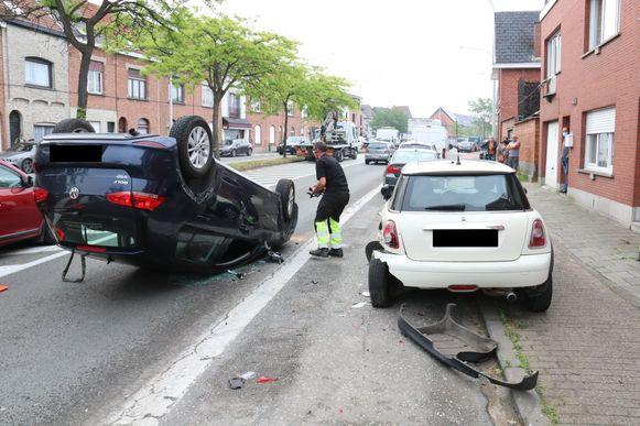 Om een nog onbekende reden week de bestuurder af en knalde hij tegen het geparkeerde voertuig.