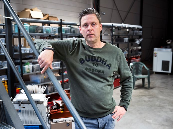 Ad Oude Bos heeft zakelijke contacten in China en zegt 200 duizend mondkapjes per dag te kunnen leveren voor de Nederlandse markt.