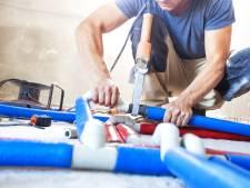 Loodgieter zit niet alleen maar 'met zichtbare bilnaad' in keukenkastjes