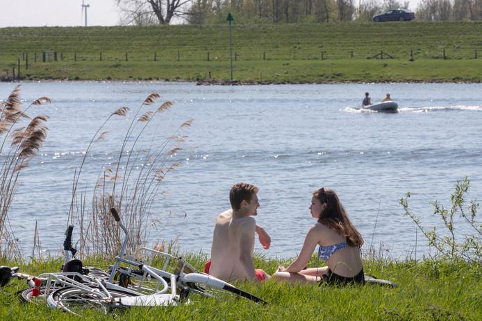 Door het mooie weer waren er veel mensen op en langs de Rijn te vinden.