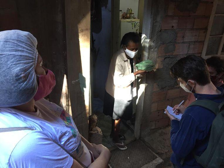 Correspondent Joost de Vries spreekt bewoners van een sloppenwijk in São Paulo, Brazilië. Beeld Gabriela Portilho