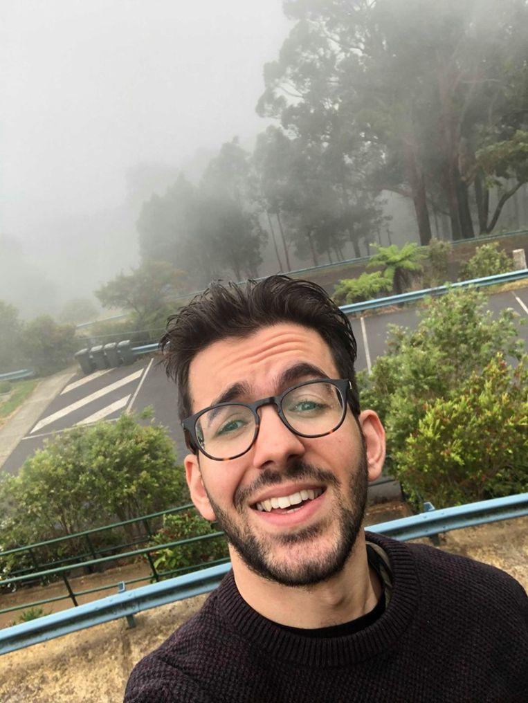 De 24-jarige Jamal Quirini uit Dilsen-Stokkem neemt even een selfie van het in een rookpluim hangende Melbourne.