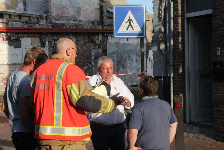 Burgemeester Eddy Lust in overleg met de brandweer.