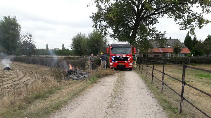De brandweer ter plaatse bij de brand.