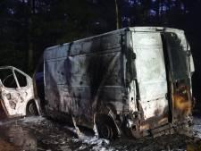 Uitgebrand busje in Leenderbos blijkt volgeladen met drugsvaten