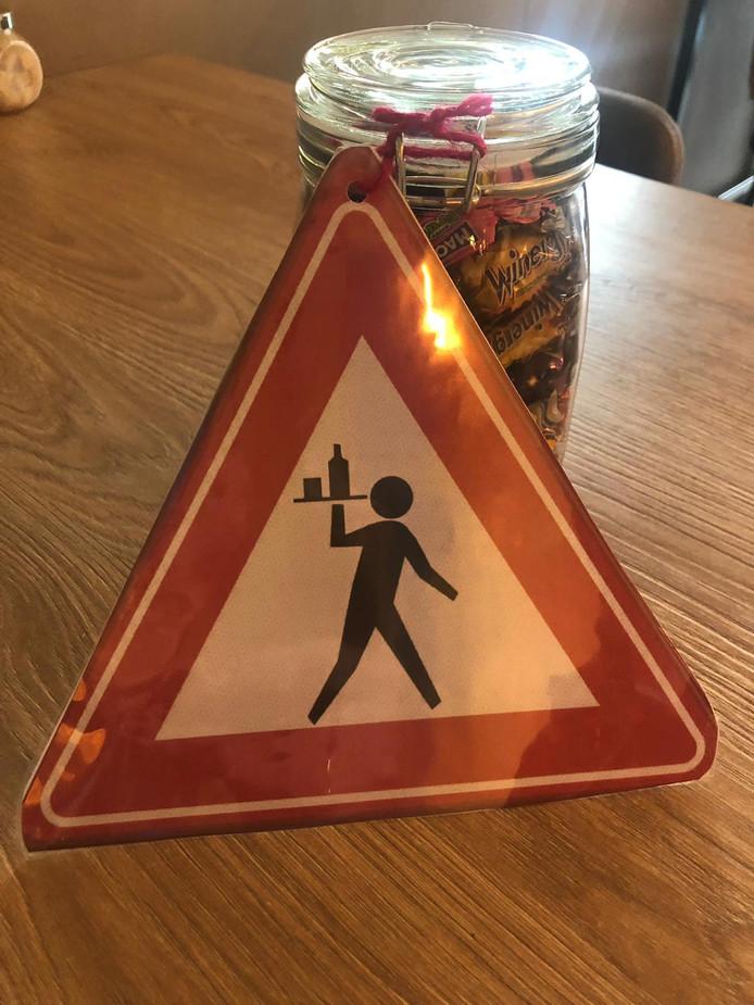 Waarschuwingsbord is met snoep terugbezorgd bij Brownies & Downies in Oisterwijk