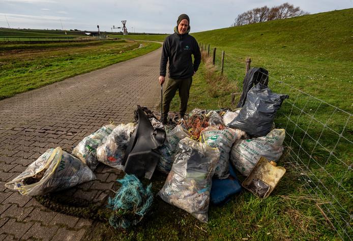 Maarten Oosting met de 14 zakken afval.