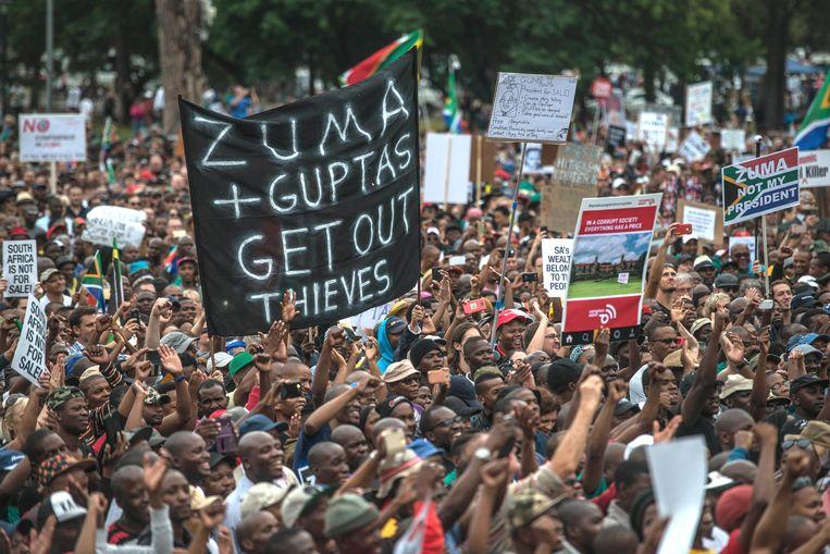 President Jacob Zuma kreeg afgelopen jaar vaak te maken met demonstranten die hem weg wilden hebben. Zoals hier in Pretoria. Beeld AFP