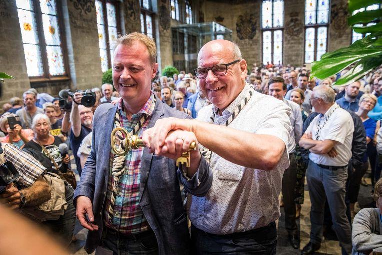 Feestenburgemeester en burgemeester met de sleutel.