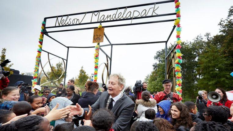 Burgemeester Eberhard van der Laan in 2014 tijdens de onthulling van het Nelson Mandelapark. Beeld anp