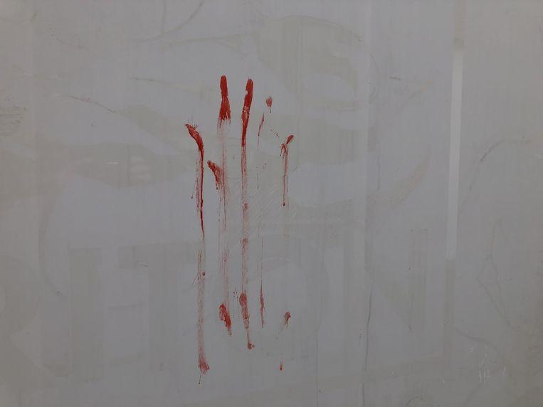 De verf lijkt op een bloedend hand.