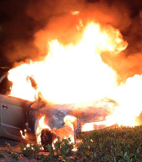 Auto gaat in vlammen op in Waalwijk
