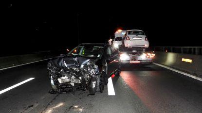Kleine personenwagen frontaal aangereden op E40 na eerder ongeval: twee rijstroken tijdlang afgesloten