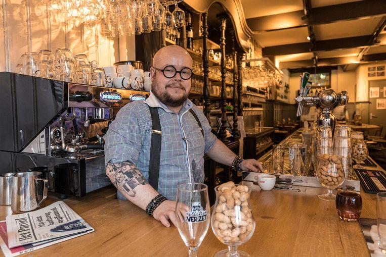 Barman Yuri Hegge van Foeders weet precies wat er uit zijn 42 taps stroomt. Beeld JW Kaldenbach