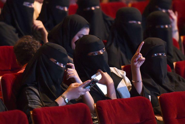Saoedische vrouwen in de cinema, eind oktober vorig jaar. Het was tot dan verboden om films te kijken in bioscoopcomplexen. Mannen en vrouwen moeten wel nog gescheiden zitten in de zaal.