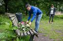 Op een bankje in het Beatrixpark worden bloemen neergelegd voor de doodgeschoten Mitchel.