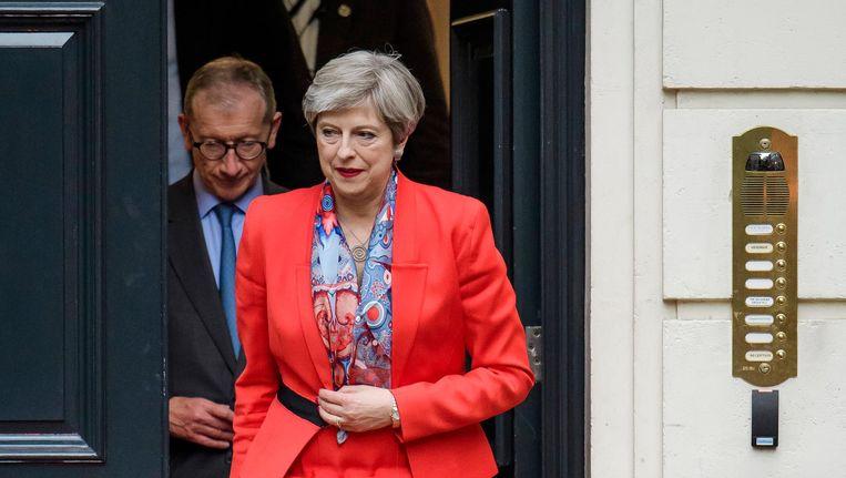 Theresa May verlaat het hoofdkantoor van de Conservatieve Partij. Beeld epa