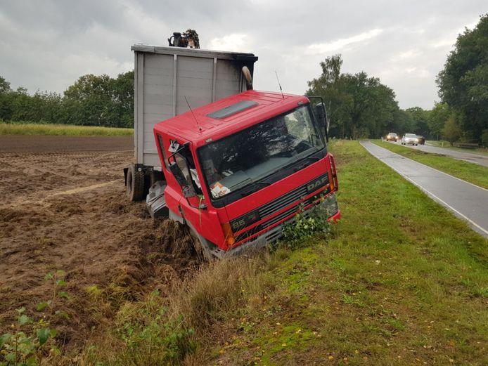 Op de Diepenheimseweg in Neede is donderdagmiddag een vrachtwagen in de sloot beland.