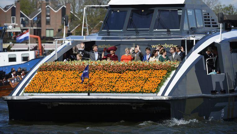 Koning Willem-Alexander en koningin Maxima arriveren per boot tijdens Koningsdag. Beeld anp