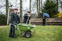 2019: Karel van Dreumel (links) plant met twee bewoners van Bronbeek een stek van een historische linde.