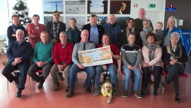 De cheque-overhandiging in AC De Zaat, met vooraan Miranda Pauwels en haar echtgenoot Pieter Duboccage.
