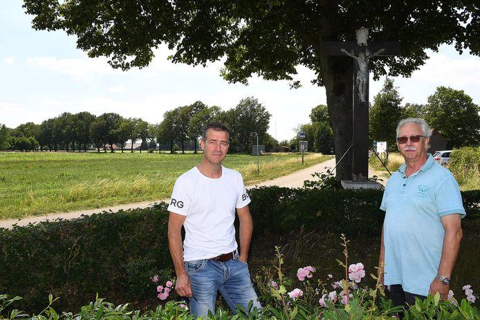 Op deze plek zag Annie, tante van Gert-Jan Nabuurs (l) het verkenningsvliegtuigje waar ze naar zwaaide. Leo Janssen (rechts) achterhaalde uiteindelijke wie de dochter is van de piloot.
