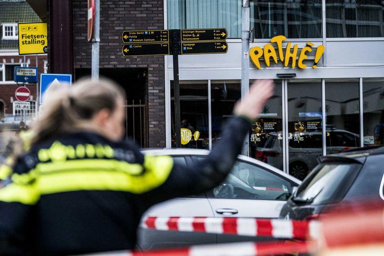 De bioscoop ligt in de binnenstad van Groningen. De omgeving is door de politie afgezet.
