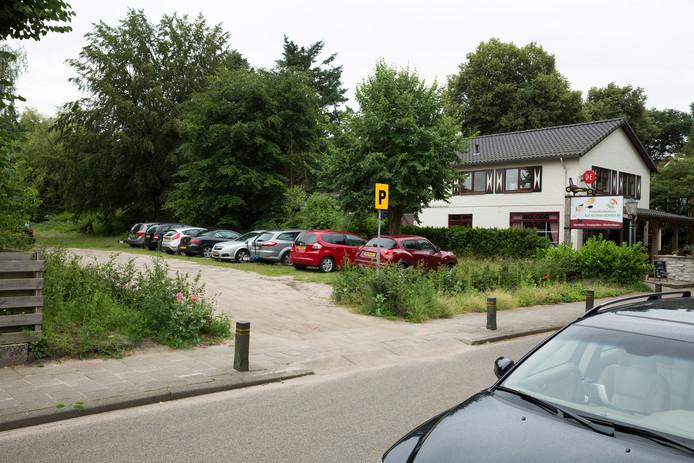 Het stuk grond aan de Elspeterbosweg in Vierhouten waar de woningen gebouwd moeten worden.