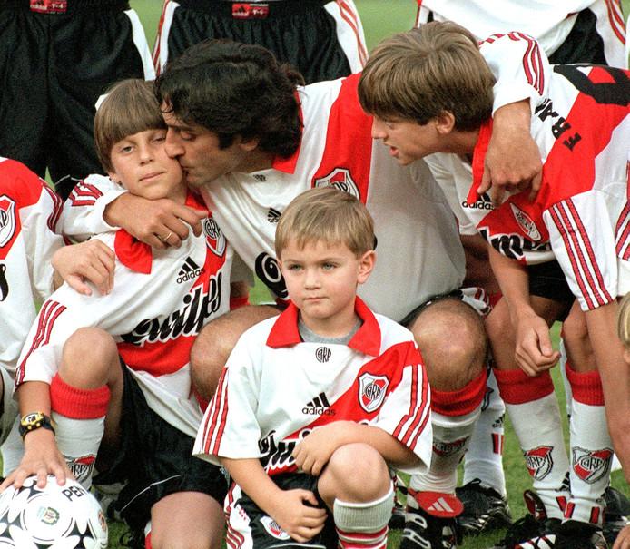 Enzo Francescoli met zijn zoons bij zijn afscheid bij River Plate op 1 augustus 1999.