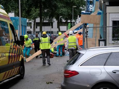 Wandpaneel op bouwplaats valt om, medewerker zwaargewond